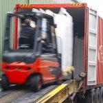 Lossen van zeecontainer bij Klouwers Terneuzen